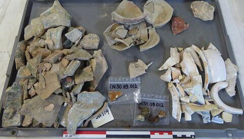 canalisation ; vase, récipient, fragment ; anse, fragment ; tôle, fragment ; objet indéterminé, fragment ; enduit peint, fragment ; reste animal, os