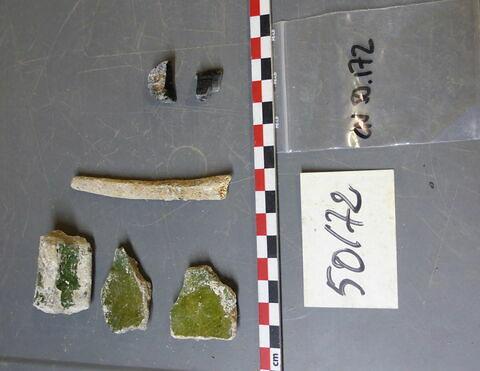 vase, récipient, fragment ; reste animal, os ; reste organique et minéral, produit naturel et déchet industriel