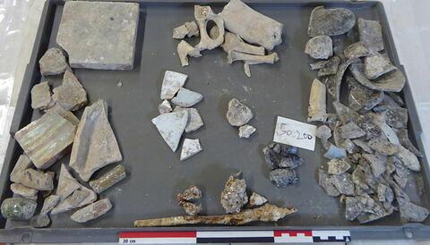 carreau, fragment ; anse, fragment ; vase, récipient, fragment ; scorie ; clou, fragment ; tige fragment ; enduit peint, fragment ; reste animal, os