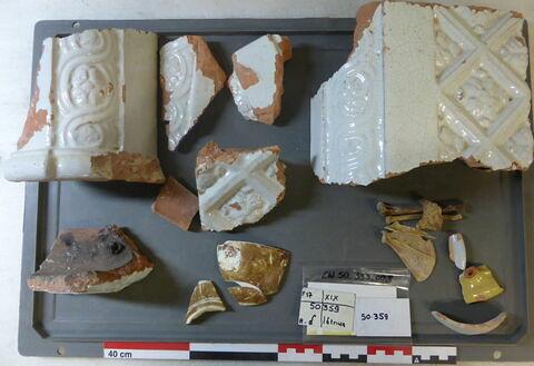 vase, récipient, fragment ; brique de poêle, fragment ; reste animal, os