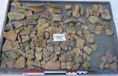 tuile, fragment ; anse, fragment ; vase, récipient, fragment