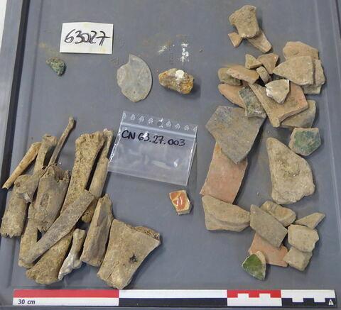 tuile, fragment ; vase, récipient, fragment ; pied, fragment ; tige fragment ; monnaie, médaille, plaquette, jeton ; reste animal, os