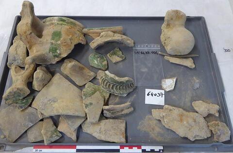 vase, récipient, fragment ; verre creux, fragment ; scorie ; objet indéterminé, fragment ; reste animal, os