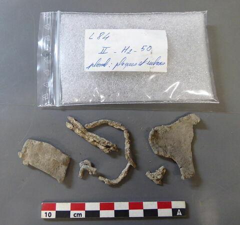 plaque, fragment ; ruban