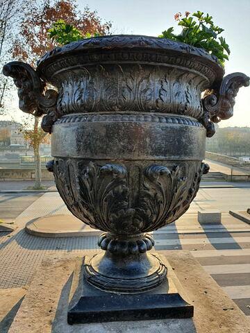 Vase aux anses formées d'un protomé de lion