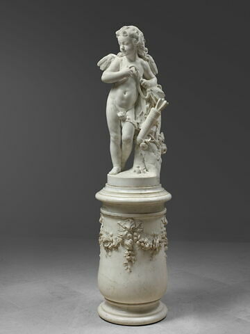 Piédestal de marbre blanc orné de guirlandes