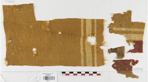 tunique  ; bande décorative d'habillement