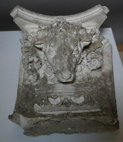 chapiteau de pilastre ; haut-relief