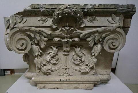 chapiteau de pilastre ; haut-relief ; pilastre, fragment