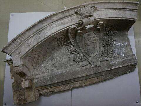 fronton ; haut-relief