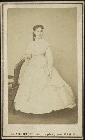 Portrait-carte de Marie Lassalle en pied