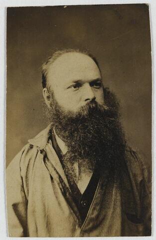 Portrait de Charles Desavary mi-corps en blouse de peintre de face regardant vers la droite