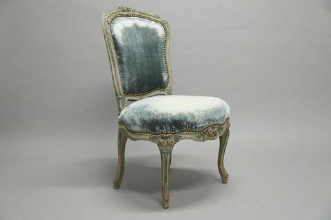 Chaise en cabriolet, d'une suite composée d'un fauteuil et d'une autre chaise