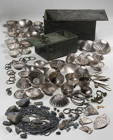 coffre rectangulaire ;  ; sceau cylindre ; anneau ; lingot ; amulette ; pendentif ; scarabée ; perle ; incrustation  ; Trésor de Tôd