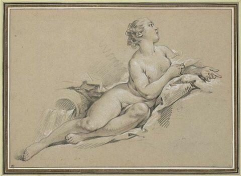 Nymphe, regardant vers la haut, étendue près d'une urne qui se déverse