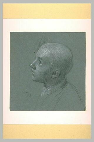 Profil de jeune garçon au crâne rasé