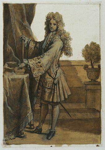 Un personnage debout devant une table, tourné à gauche
