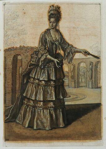 Une dame de la cour marchant vers la droite et tenant un éventail