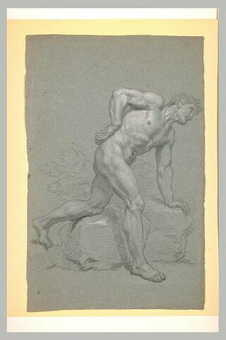 Jeune homme tourné et penché à droite, la main gauche appuyée sur un rocher
