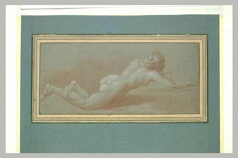 Femme nu étendue sur le ventre