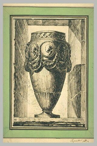 Un vase orné de guirlandes et de médaillons