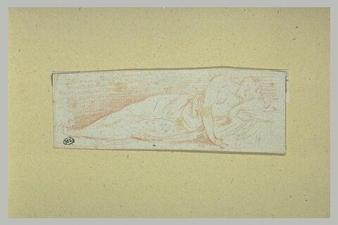 Une femme couchée sur le côté gauche et endormie