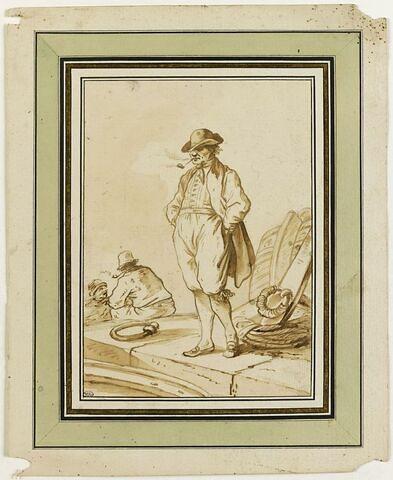 Trois marins sur le quai d'un port, dont l'un, debout, fume la pipe