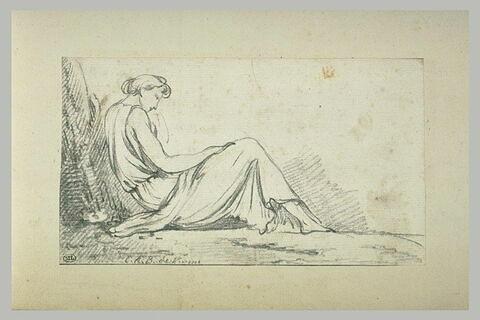 Femme drapée, assise contre un arbre