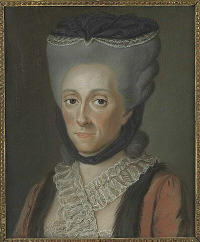 Portrait de femme avec les cheveux poudrés et une robe rouge.