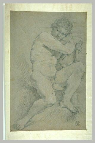 Homme nu, assis, appuyé sur un bâton