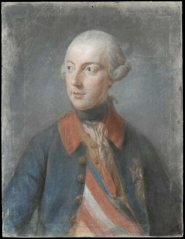 Portrait d'homme de trois quarts, en uniforme bleu à collet rouge