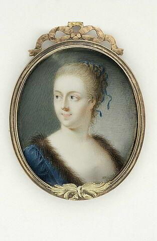 Portrait de femme en robe bleue bordée de fourrure