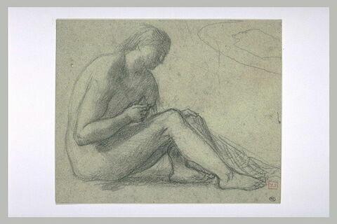 Femme nue assise à terre, de profil à droite, tenant un filet