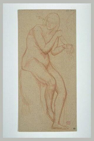 Femme nue, assise sur un socle, coiffant sa chevelure