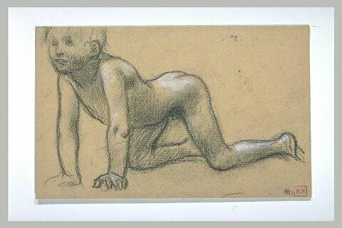 Enfant nu, à quatre pattes, vu de trois quarts à gauche