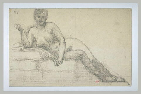 Femme nue, allongée sur des coussins, le torse de face, le bras droit levé