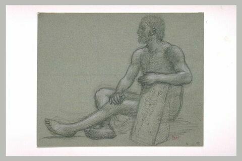 Homme nu assis de profil à gauche, l'avant-bras gauche appuyé sur une pierre