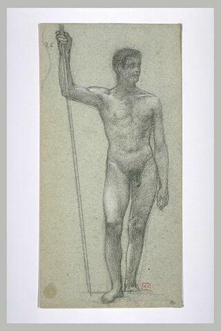 Homme nu, debout, de face, la tête tournée vers la droite, une hampe...