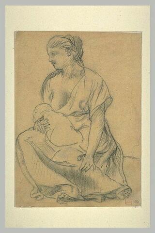 Femme assise, tenant un enfant dans les bras