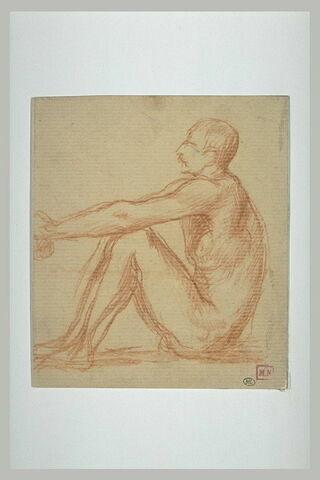 Homme nu, assis à terre, les genoux relevés, de profil à gauche