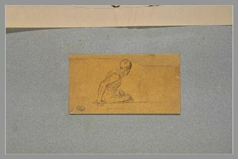 Homme assis par terre, appuyé sur la main gauche