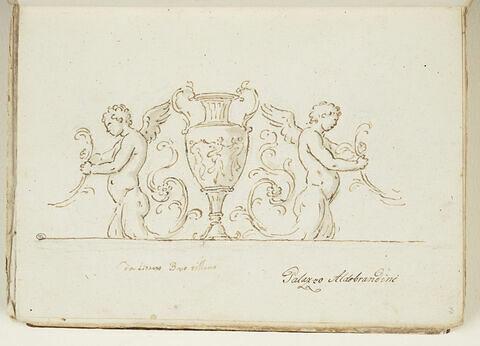 Deux putti ailés adossés à un vase à anses orné d'une frise de figures...