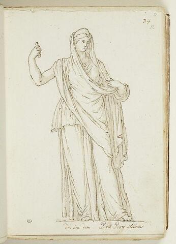 Femme debout, vue de face, drapée, la tête couverte d'un voile...