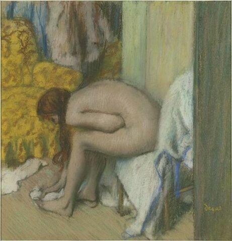 Après le bain ; une femme s'essuyant les pieds