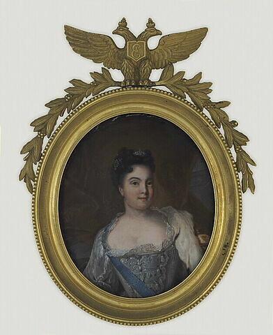 Portrait en buste d'une femme en robe grise barrée d'un grand cordon bleu