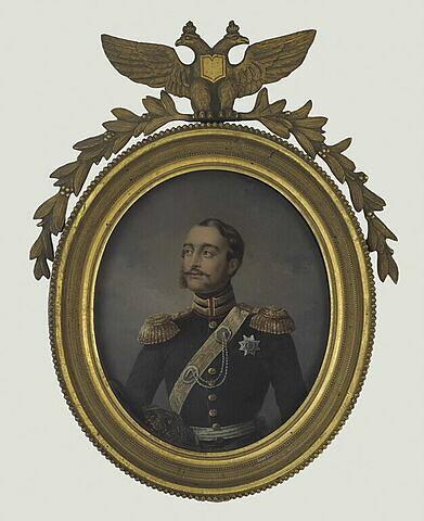 Portrait d'un militaire en uniforme noir à épaulettes et baudrier d'or
