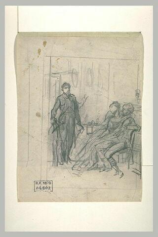 Homme debout devant un couple enlacé assis