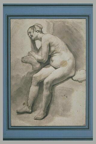 Femme nue, assise, accoudée sur un coussin, riant
