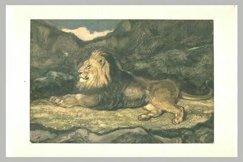 Lion couché, de profil vers la gauche, dans un paysage