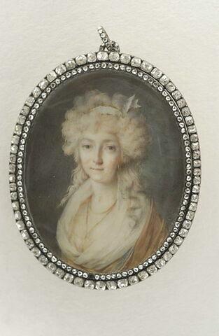 Portrait de femme en buste, un ruban blanc dans les cheveux